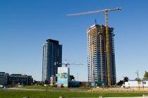 żuraw na placu budowy wieżowca