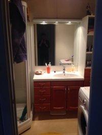 widok na szafkę w łazience