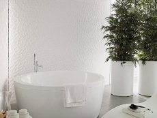 Łazienka z wanna w kolorze białym